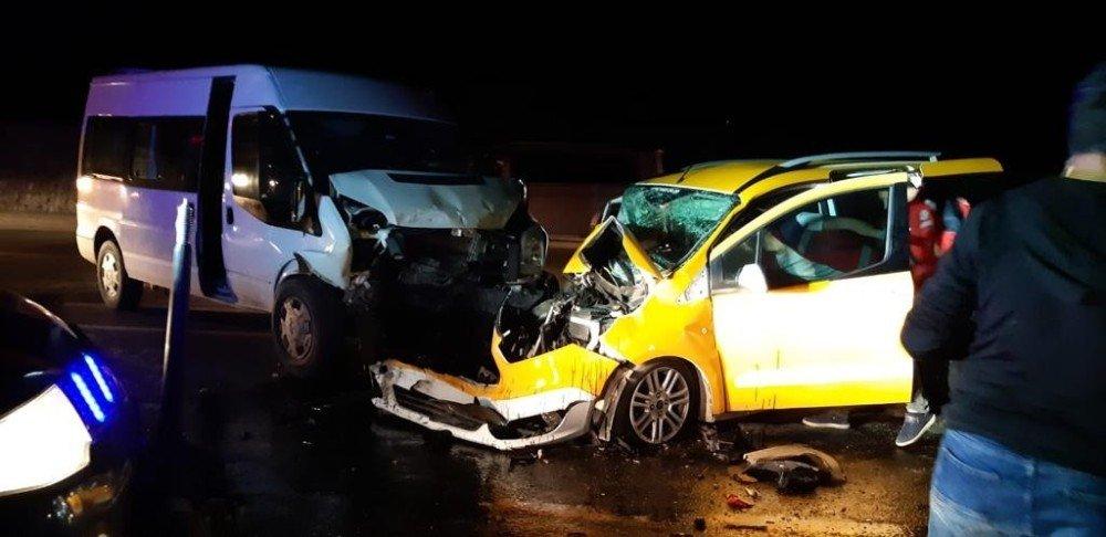 Siirt'te İki Araç Çarpıştı: 8 Yaralı