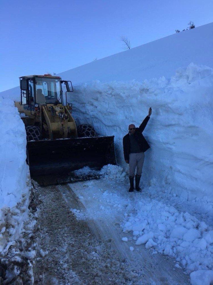Sis Dağı'na Giden Yayla Yolunu Kardan Temizlemek İçin Gece Gündüz Çalışıyorlar