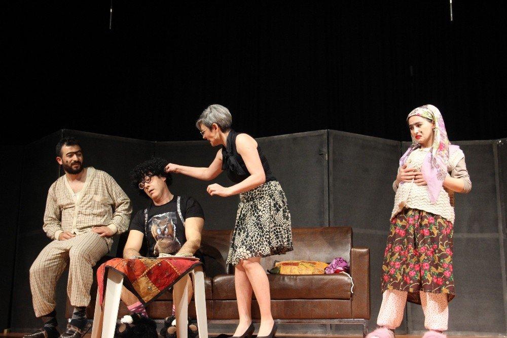 Sağlık Çalışanlarının Tiyatro Oyunu Ayakta Alkışlandı
