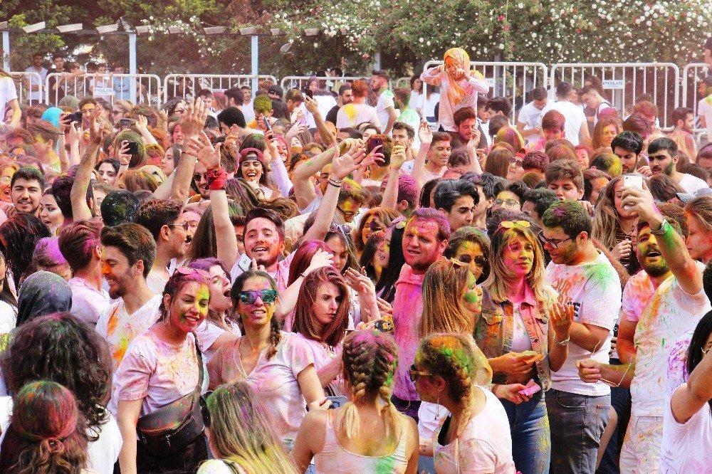 Üniversiteli Gençler Gökkuşağı Renklerine Boyandı