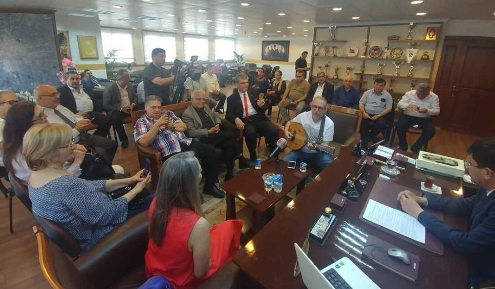 Trt Sanatçısından Başkan Özcan'a Mini Konser