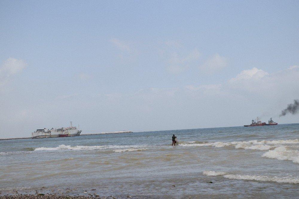 Karaya Oturan Gemiyi Kurtarma Çalışmaları Başladı