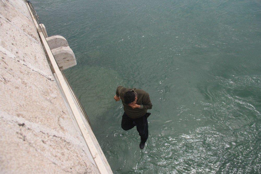 Köprüden Nehre Atlamak İsteyen Çocuğa, 'Atla' Diye Bağırdılar