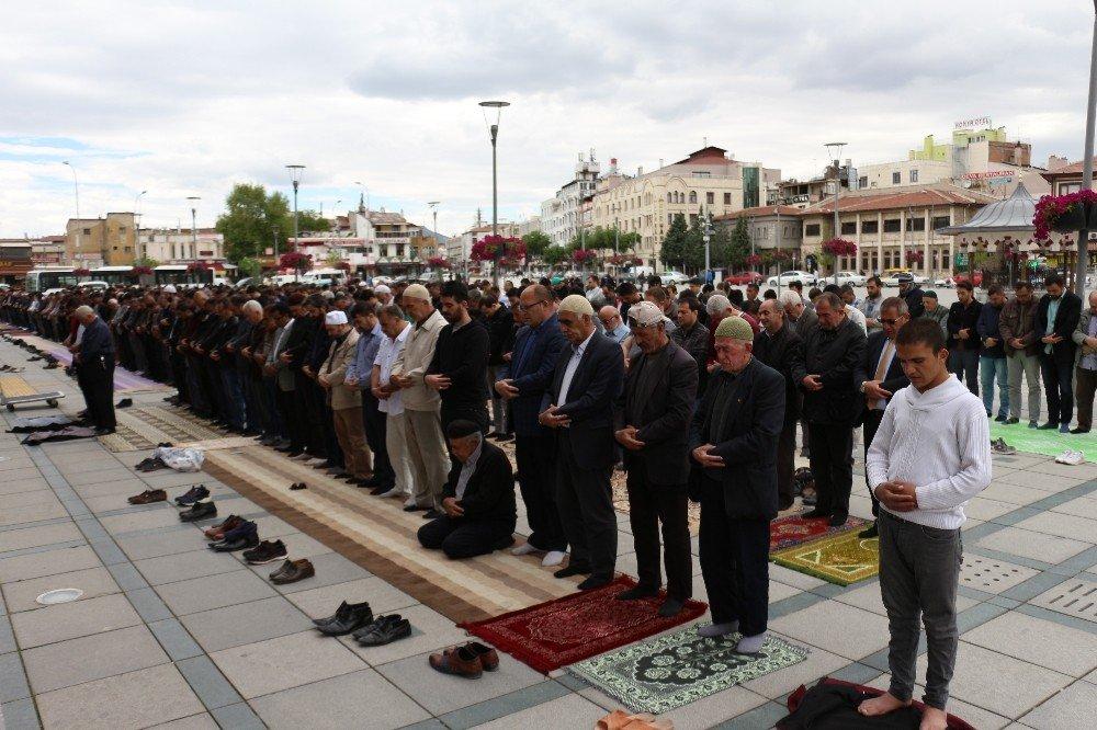 Konya'da Ramazan'ın İlk Cuma Namazında Camiler Doldu Taştı