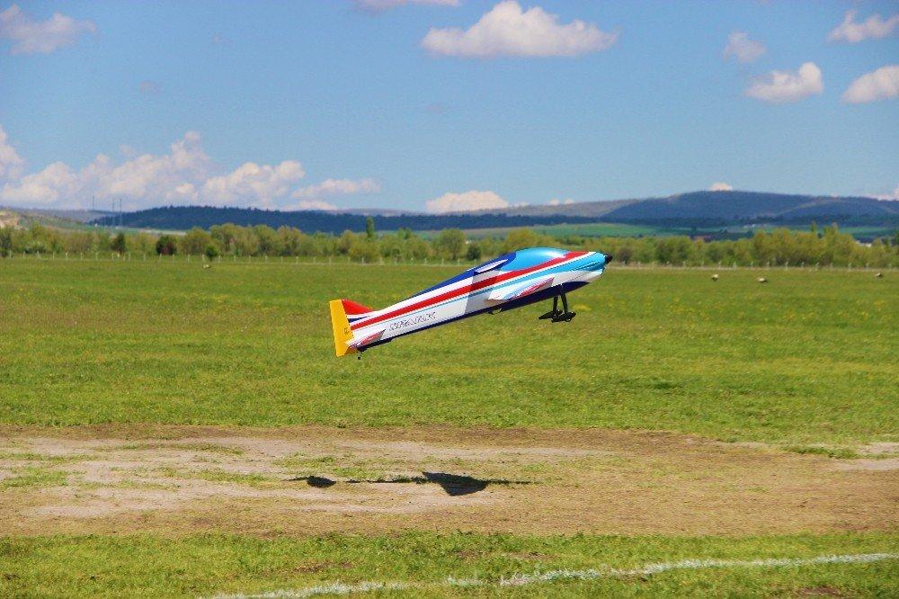 Model Uçaklar İnönü Semalarını Süsledi