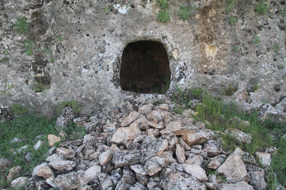 Sakin Şehir Ağın'da, Kaya Mezarlar Turizme Kazandırılmayı Bekliyor
