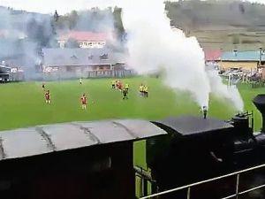 Futbol Sahasının İçinden Geçen Tren