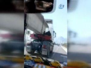 Otomobil seyir halindeki TIR'ın altından geçti
