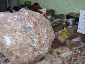 Üzerine 1 tonluk kaya düştü