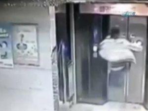 Tekme atarak kırdığı asansörden boşluğa düştü