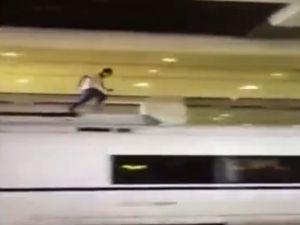 Hızlı Trenin Üstünde Koşan Adam Hayatını Kaybetti