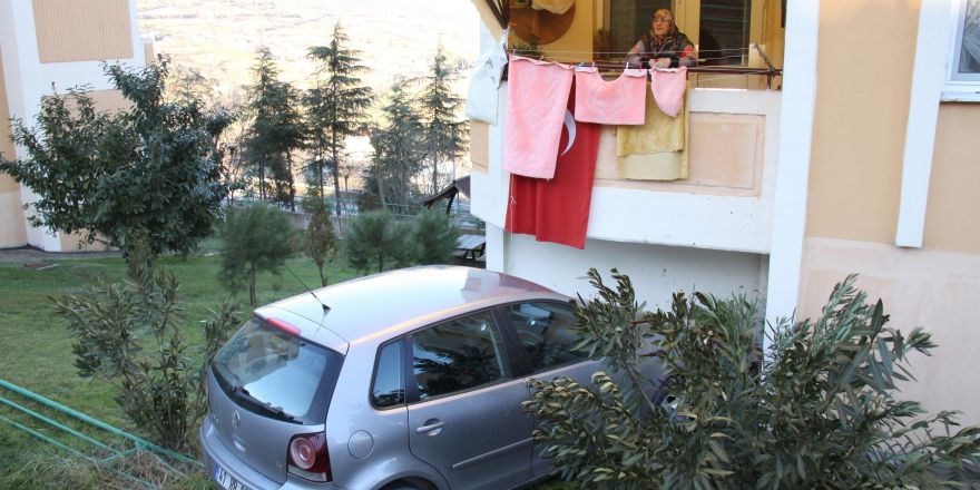 Freni Patlayan Araç Apartmana Uçtu: 'Bir Baktım Balkonda Araba Var'