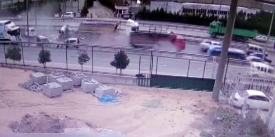 1 kişinin öldüğü 17 kişinin yaralandığı kamyon dehşeti kameraya yansıdı