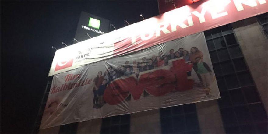 Saadet Partililer 'Evet' pankartını böyle indirdi