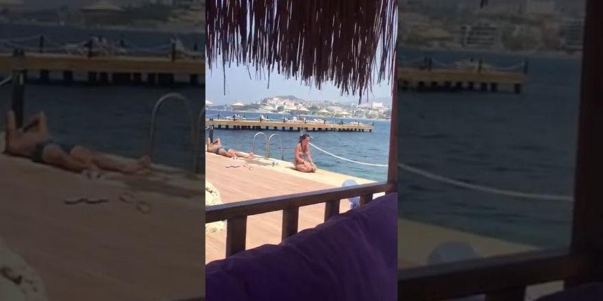 Plajda namaz kılan bikinili kadın