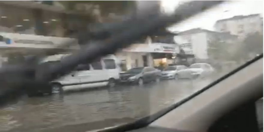 Gebze yolları yağmurlu havada göle dönüyor